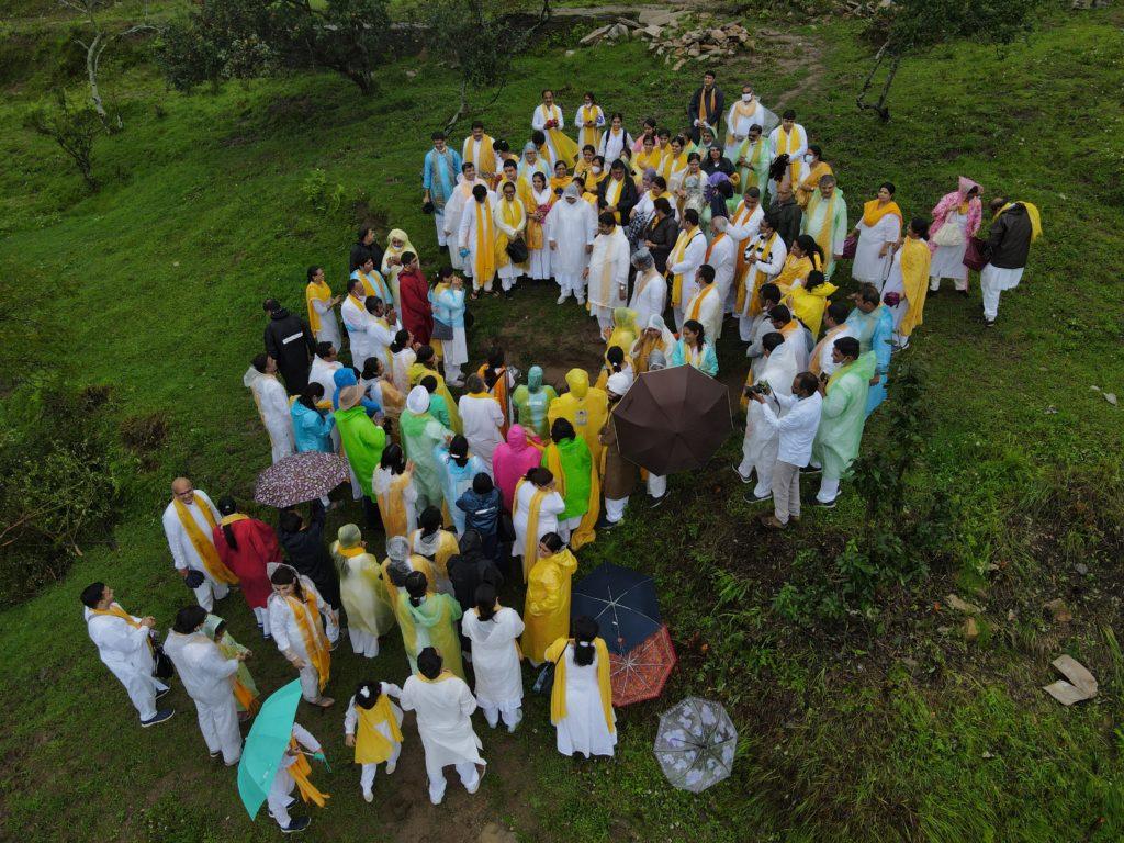 Sri Guru with seekers at the Bhoomi Darshan, Uttarakhand
